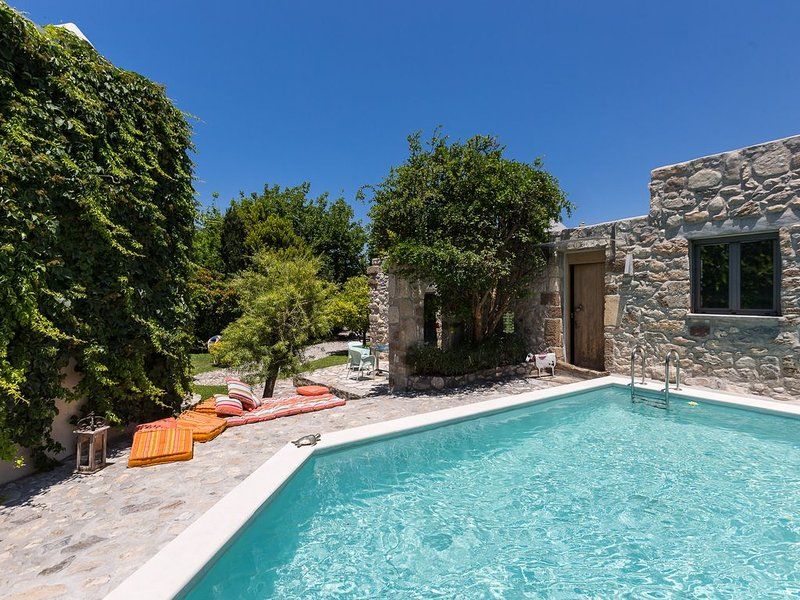 Muazzo Stone House, a fairytale cottage! Nature and Privacy! Car free holidays!, holiday rental in Pigi