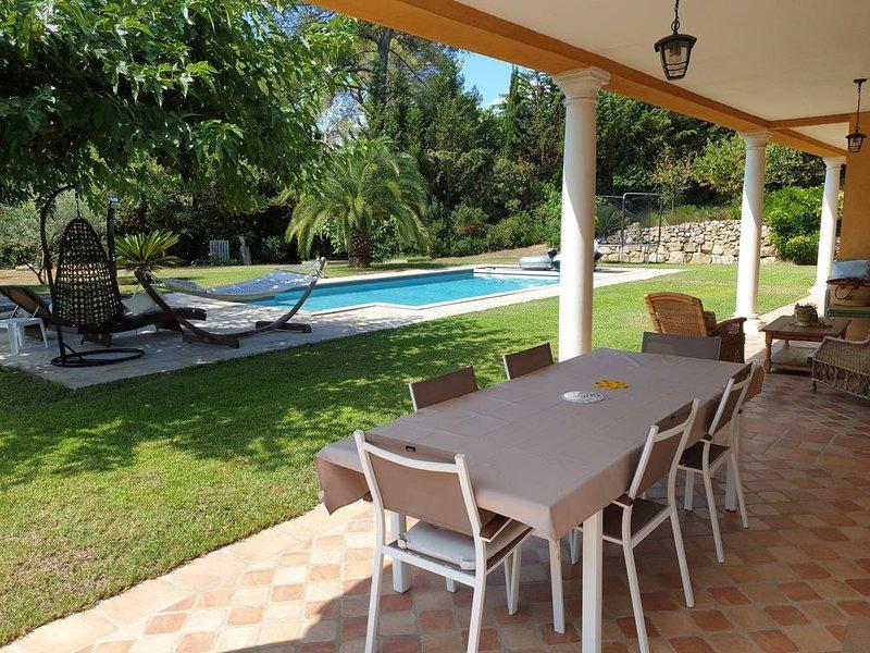 Villa avec piscine sans vis à vis dans domaine sécurisé privé à Mougins, vacation rental in Mougins