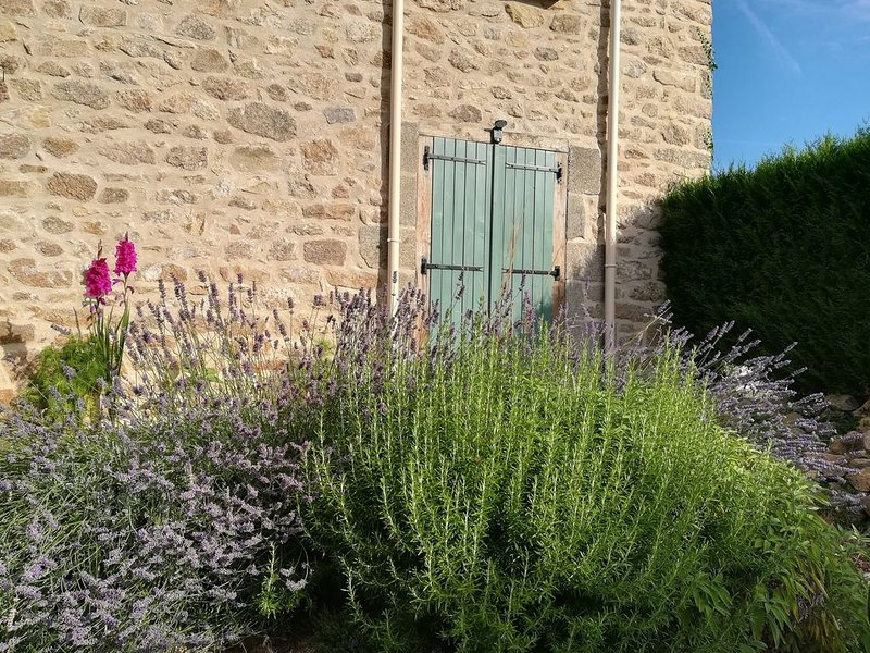 Gite near Bessines-sur-Gartempe, Haute Vienne - quiet, relaxing and great walks, casa vacanza a Balledent