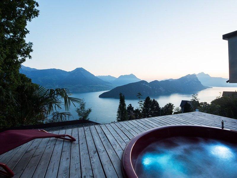 Villa mit Hot-Tub mit Blick auf Vierwaldstättersee, direkt an der Rigi-Bahn, vacation rental in Gersau