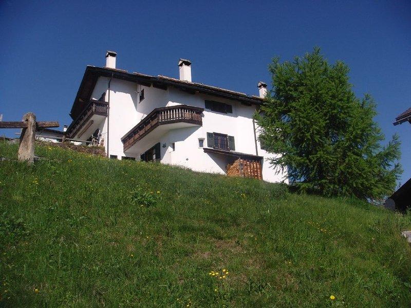 Ruhige Lage, freier Bergblick,1 Ofen,1 Kamin, Whirlpool&Sauna,15min z. Skigebiet, holiday rental in Wergenstein