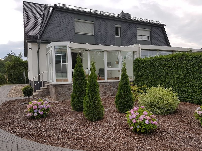 Semi-detached house on Tiefwarensee with a well-kept garden