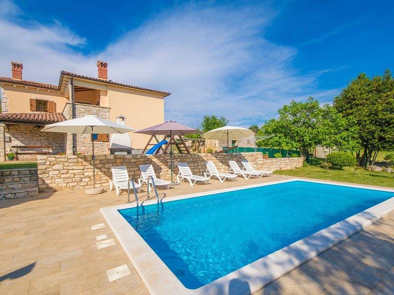 Privater und sicherer 5000 qm Garten, Pool, Kinderspielplatz, nur 9 km vom Meer, vacation rental in Sumber