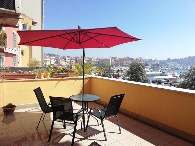 ROVINJ CENTER , FIRST ROW TO THE SEA, BIG BALCONY, FREE WiFi, holiday rental in Rovinj