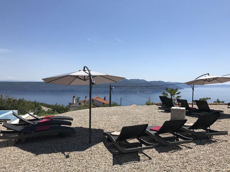 Fantastische Villa - Infinity Pool, 3 Appartementsbereiche, Meerblick pur!!!, holiday rental in Filozici
