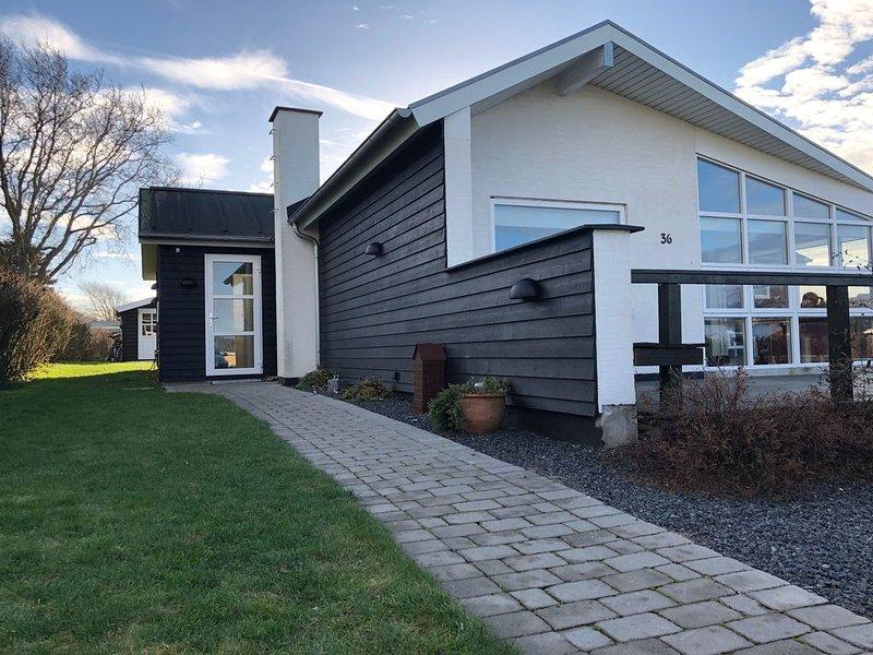 Familienfreundliches Ferienhaus mit Meeresblick nur 300 m von der Ostsee, alquiler vacacional en Helnaes