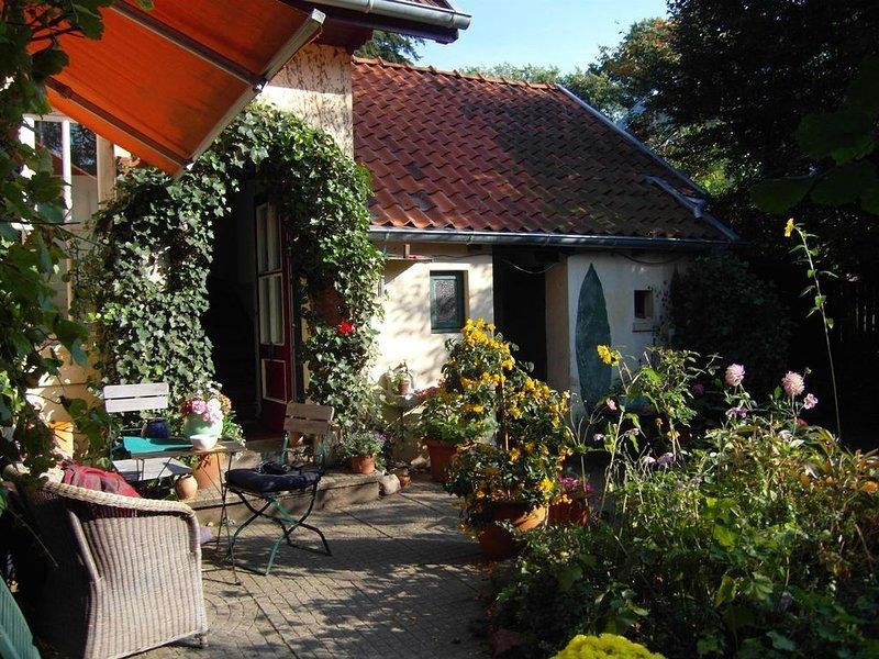 Stilvolle Atelierwohnung in 100 Jahre altem Landhaus mit verwunschenem Garten, holiday rental in Gruenendeich
