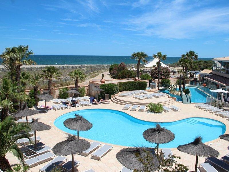 VUE ET ACCÈS DIRECT  MER ET PISCINE CHAUFFÉE, TOTALEMENT REFAIT A NEUF EN 2019, location de vacances à Saint-Cyprien