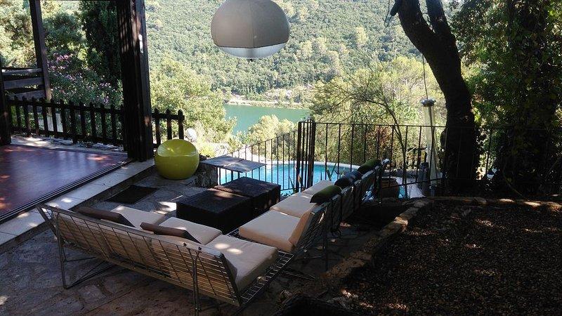 Maison très confortable, lumineuse avec jolie vue sur lac et beaux arbres, holiday rental in Cabasse