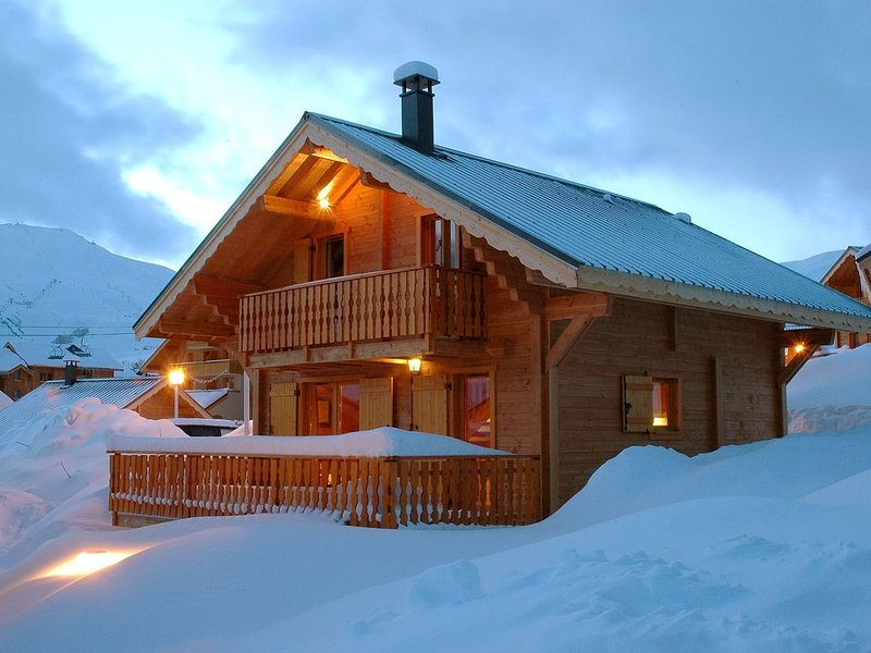 Chalet individuel 'LA DATCHA' 8 personnes skis aux pieds, holiday rental in Saint-Jean-de-Maurienne