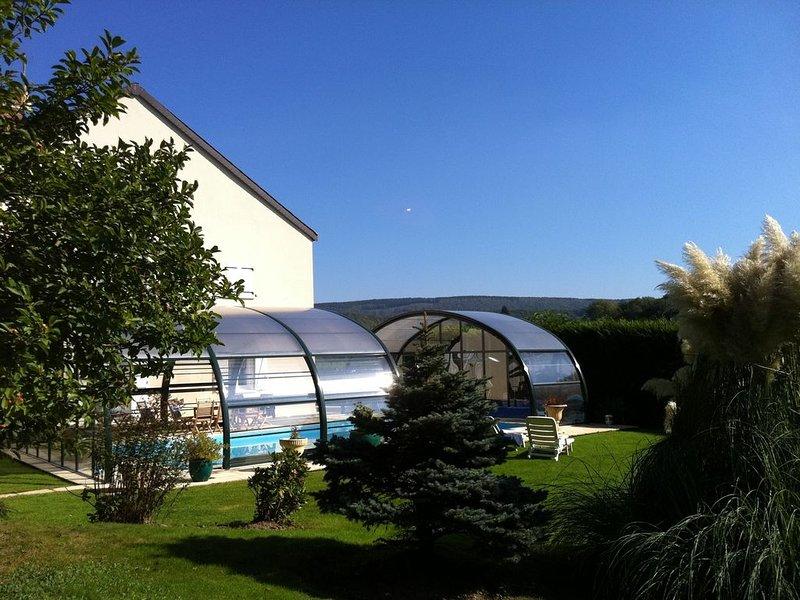 gite 4/6 pers dans les Ardennes  ,piscine couverte ,voie verte passe devant ., holiday rental in Montherme