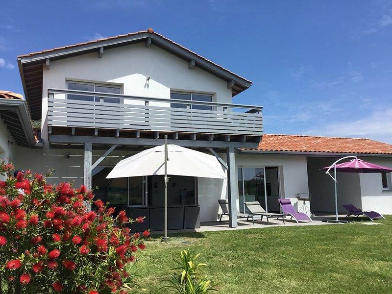 maison lumineuse proche plages, située entre Saint Jean de Luz, Biarritz, Bidart, vacation rental in Ahetze