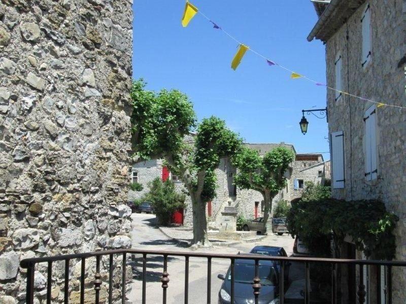 Gîte accueillant au coeur du village des 4 Tours, holiday rental in Gras