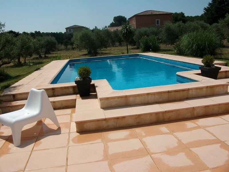 Dans un havre de paix villa avec piscine , terrain de foot, pétanque., holiday rental in Salon-de-Provence