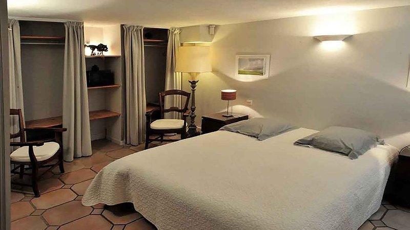 Appart indépendant dans villa 4 Pers. + 1 enfant, piscine & jardin, location de vacances à Grasse