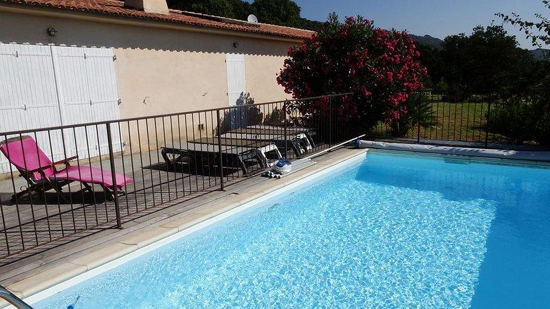 Villa avec piscine, 6 personnes, proche de Porto-Vecchio, vacation rental in Figari