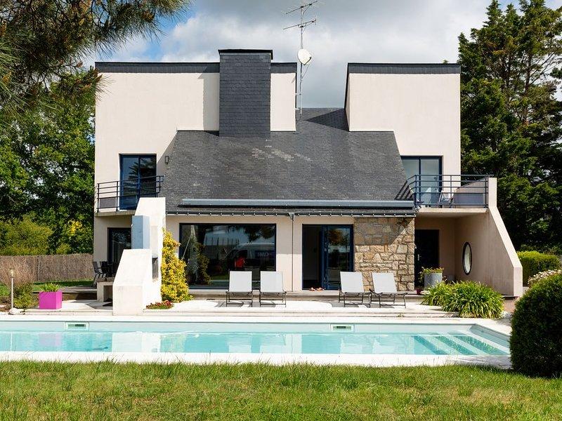 Maison vue mer à 80m de la plage avec piscine chauffée et sécurisée, holiday rental in Le Tour-du-Parc