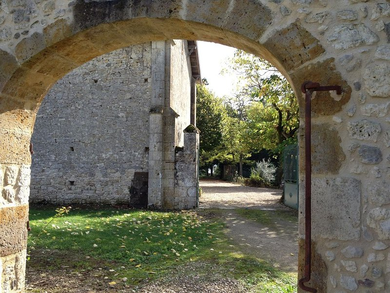 Superbe maison aux confins du Gers entre Nérac et Condom dans un grand parc, holiday rental in Calignac