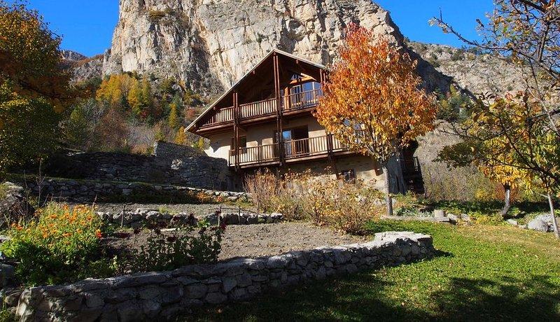 Chalet-ecrins, confortable, en pleine montagne, en lisière du parc des Écrins, holiday rental in Champcella