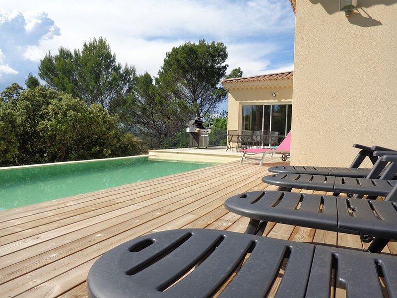Villa moderne au coeur de la nature avec vue magnifique et piscine à débordement, holiday rental in Venejan