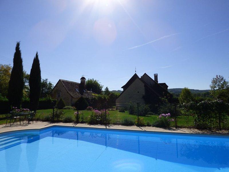 Maison en pierres au calme 15 personnes classée 4* piscine privée chauffée, location de vacances à Cubjac