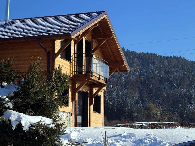 CHALET NEUF 10MIN DE GERARDMER TERRAIN CLOS WIFI MENAGE CHARGES INCLUS, vacation rental in Gerbepal