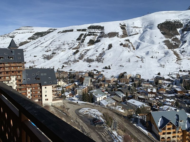 Appartement tout équipé  avec balcon ensoleillé vue sur les pistes et glacier, alquiler vacacional en Les Deux-Alpes