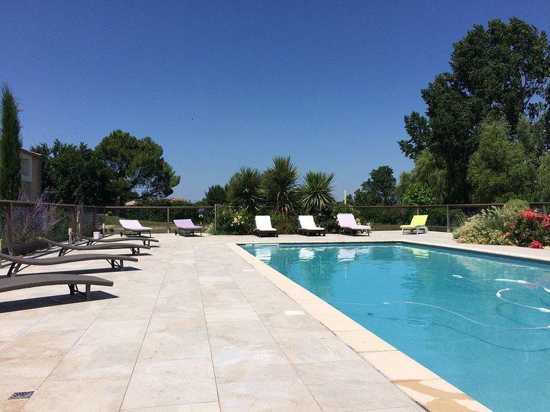 maison 4****meublé de tourisme dans propriété 1ha2,piscine chauffée et étang, holiday rental in Reignac