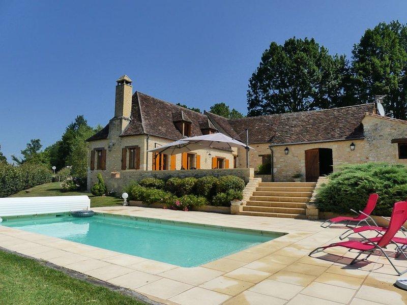 Jolie Ferme du XVII ème siècle, restaurée avec piscine, Belle vue sur la Vallée, location de vacances à Savignac-de-Miremont