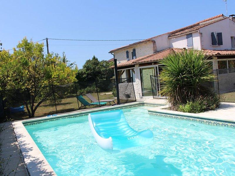 Grande maison Charentaise avec piscine à proximité des plages de Royan, casa vacanza a Semussac