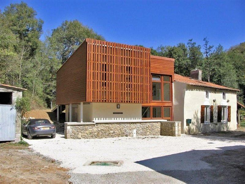 Maison de caractère, dans un cadre exceptionnel avec piscine privative, location de vacances à Le Beugnon