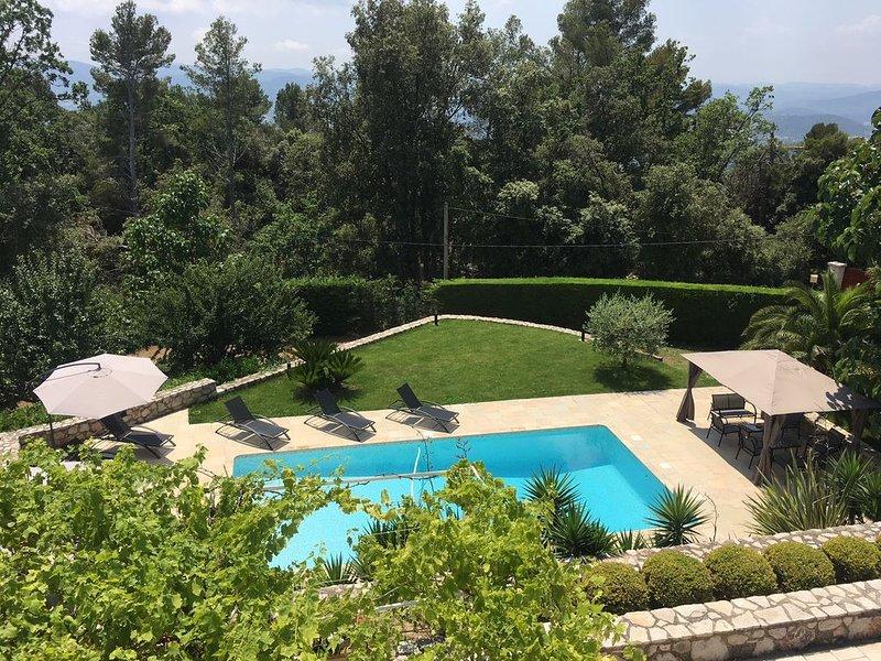 Alpes maritimes , villa au calme avec piscine chauffée et grand jardin, casa vacanza a Grasse
