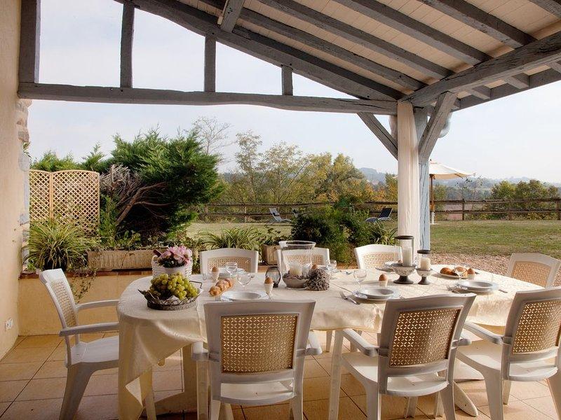 maison confort piscine et jacuzzi, idéalement située entre Béarn et Pays Basque, casa vacanza a Laas