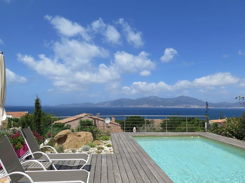 Villa  vue mer 120m2 avec piscine dans residence calme vue golf ajaccio, location de vacances à Pietrosella
