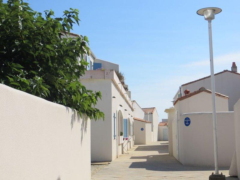 JOLI STUDIO LA FLOTTE EN RE , PISCINE CHAUFFEE, vacation rental in Charente-Maritime