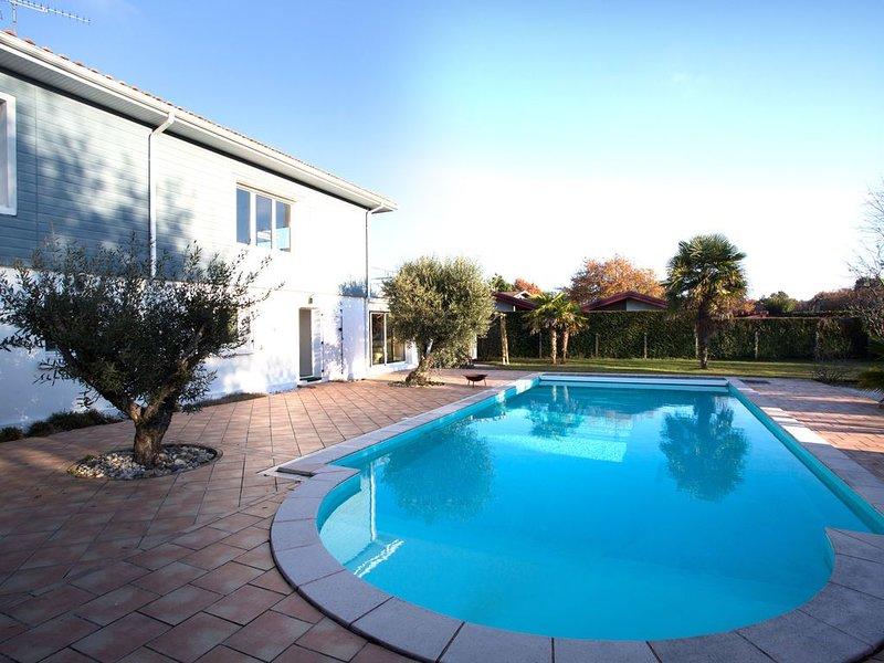 Grande maison (10 pers) dans grand parc fermé arboré, piscine chauffée, location de vacances à Biscarrosse