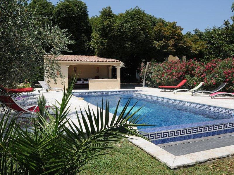 Gîte 3épis bastide de 1850 avec piscine à débordement avec nage à contre courant, location de vacances à Eyguières