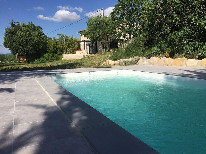 Ancienne grange en pierre totalement rénovée avec piscine privative et gd jardin, holiday rental in Barjac