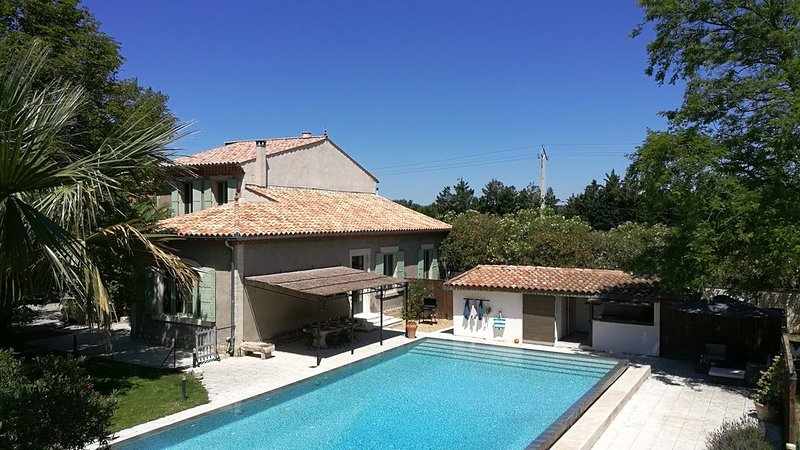 Superbe Maison de Maître en Provence avec piscine XXL, holiday rental in Bellegarde