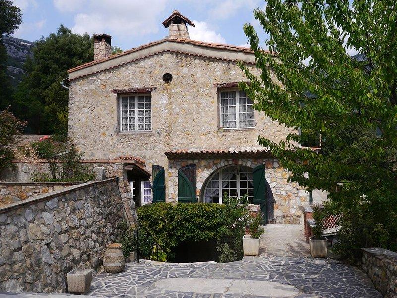 Beau mas provençal niché dans les montagnes, location de vacances à Caille