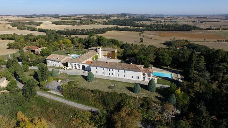 Appartements avec 3 chambres pour 6 à 8 personnes, piscine, tennis, parc ..., holiday rental in Montgaillard-Lauragais