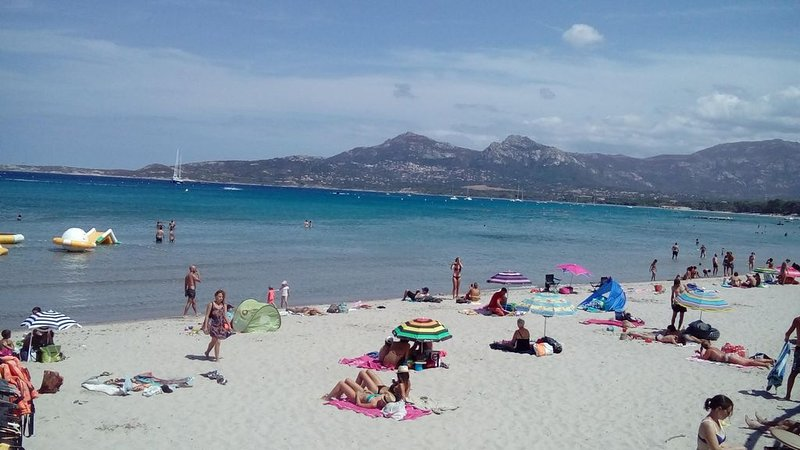 T3 neuf climatisé, Calvi 150m de la plage, ménage, draps & parking inclus, holiday rental in Calvi