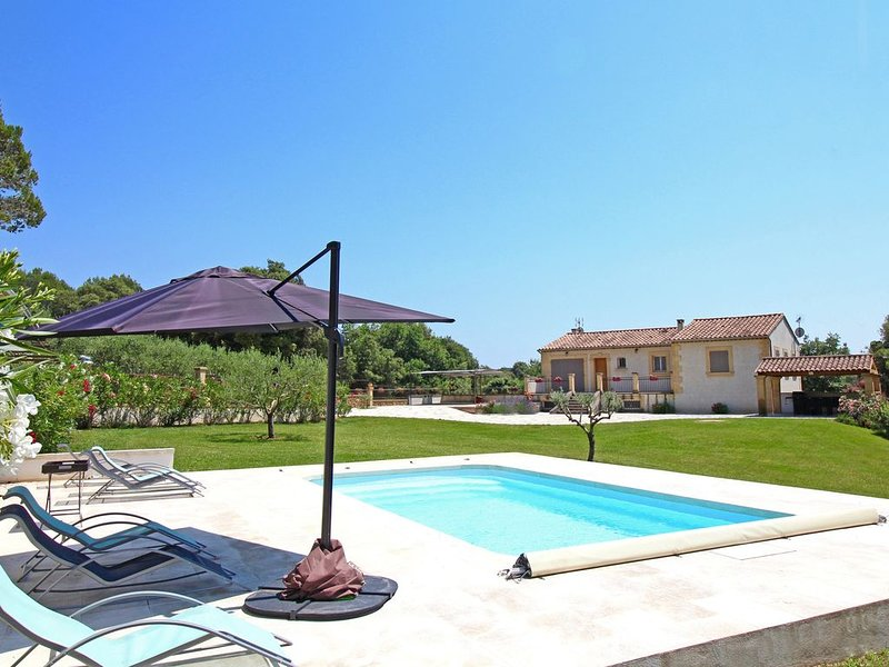Villa récente 3 chambres, village de charme calme, piscine proche aix et luberon, holiday rental in Rognes