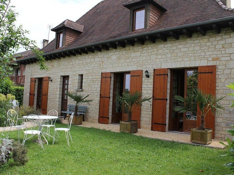 Monpazier village, villa dans jardin clos : 'Aux Portes de la Bastide' 2/4 pers, holiday rental in Monpazier