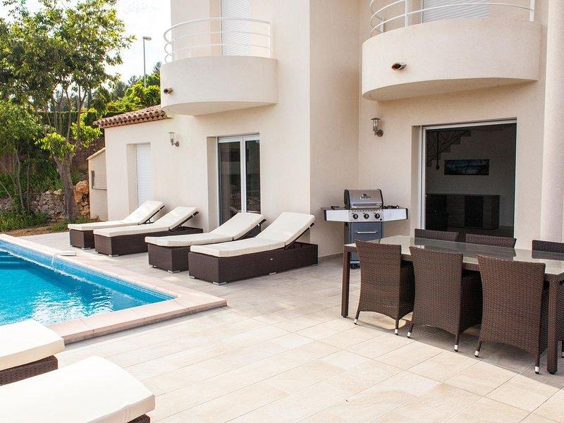 Villa neuve,  piscine chauffée à débordement 3 suites conforts, vue panoramique, Ferienwohnung in Var