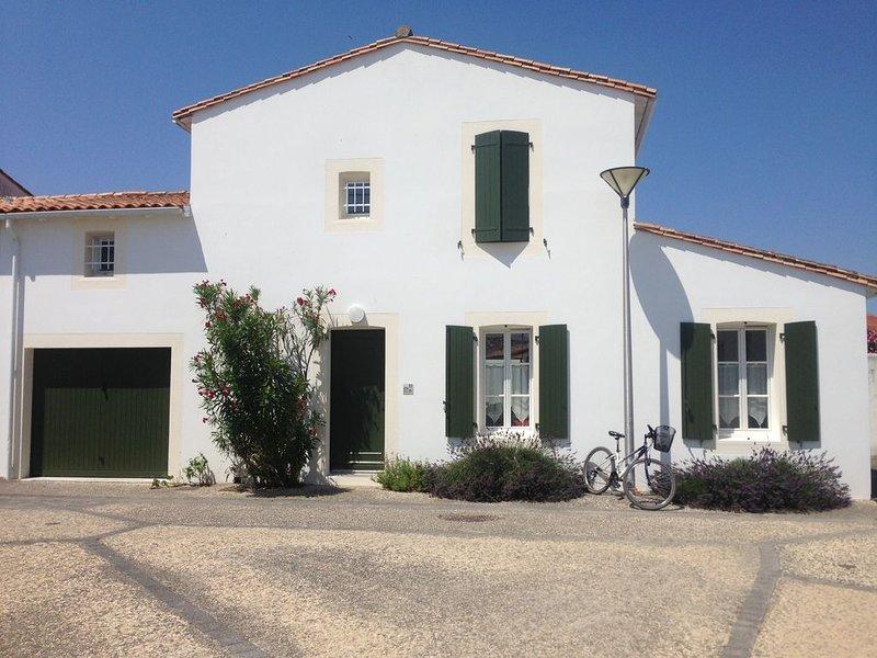 Agréable maison ensoleillée avec terrasse et jardin, proche de la plage., location de vacances à Saint Martin de Re