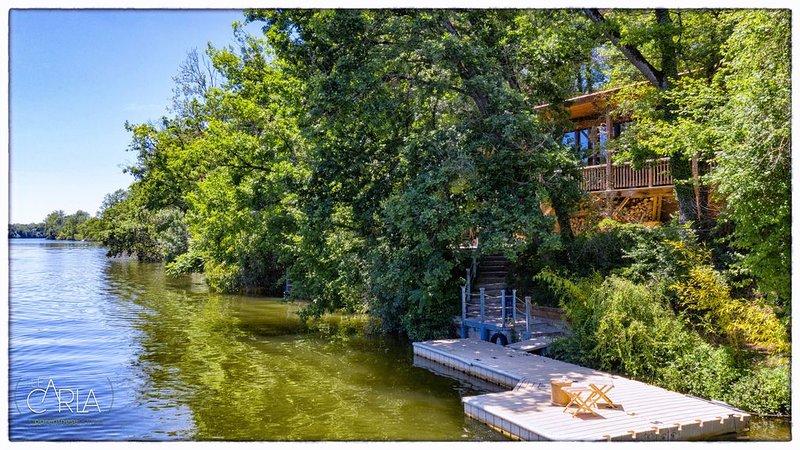 Luxueux Chalet en bordure du Tarn. Terrasses ensoleillées, ponton & berge privée, holiday rental in Tarn