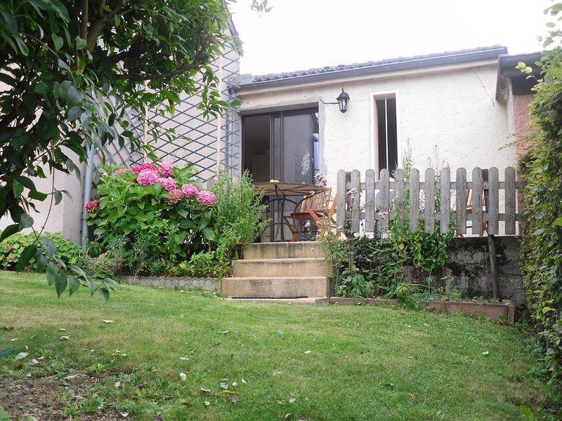 Maison dans quartier calme, Gîte des Chaumes, holiday rental in Vault-de-Lugny