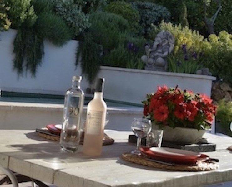 64 Le Mazet en Provence avec Piscine privative et jardin Méditerranéen, holiday rental in Roquevaire