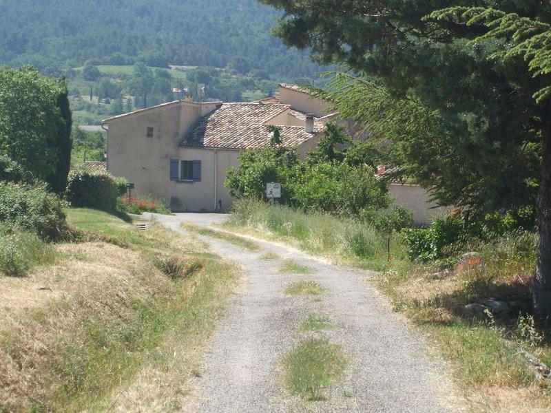 Maison de hameau à Saint Saturnin-lès-Apt au coeur des vignes dans le Luberon, aluguéis de temporada em Saint-Saturnin-les-Apt